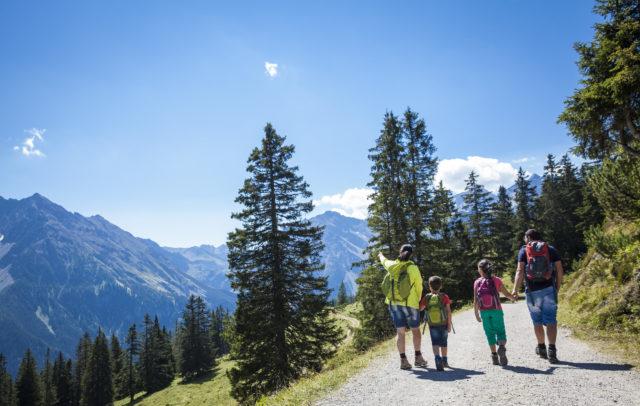 Familienwanderung mit Aussicht (c) Bernhard Huber / Alpenregion Bludenz Tourismus GmbH