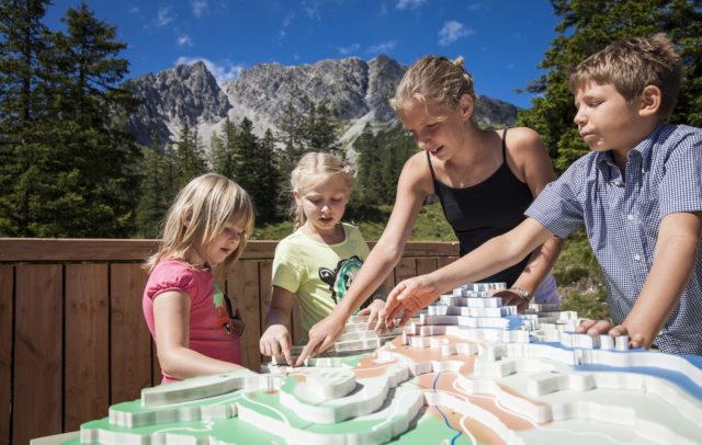 Natursprünge-Weg im Brandnertal - Station Jagd © Bernhard Huber / Alpenregion Bludenz Tourismus GmbH