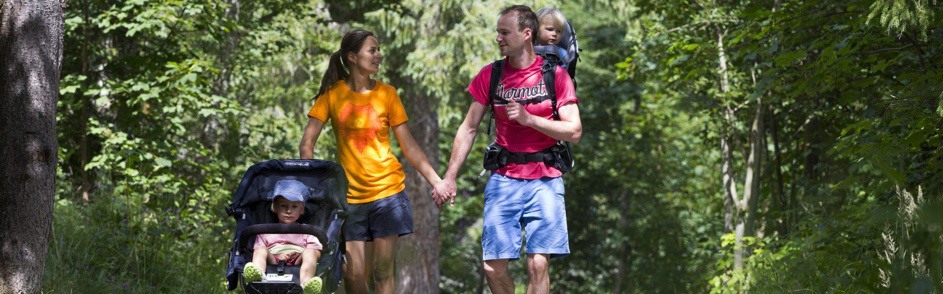 Burmiweg Familie  Kinderwagen @Oliver Farys (43) © Kleinwalsertal Tourismus eGen